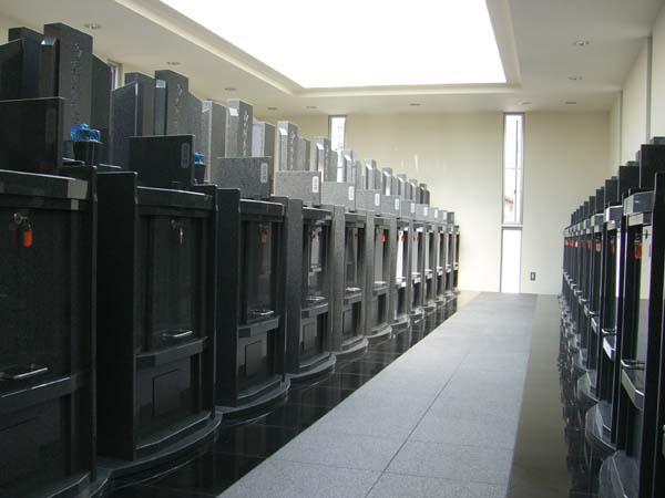 天然御影石製の墓石型お納骨壇