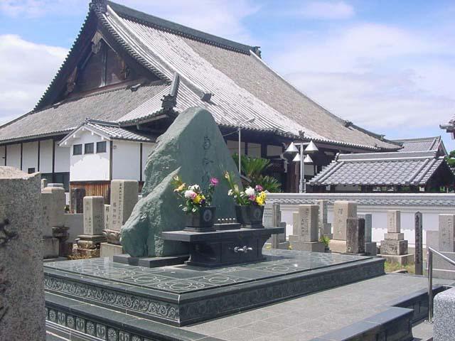 合同墓【蓮の糸塚】と本堂